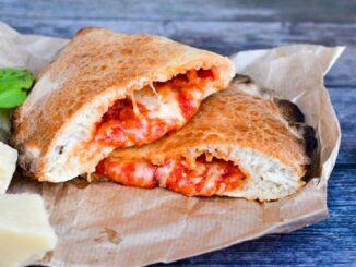 Pizza calzone cu brânză și sos de roșii