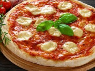 Pizza cu mozzarella și sos de roșii