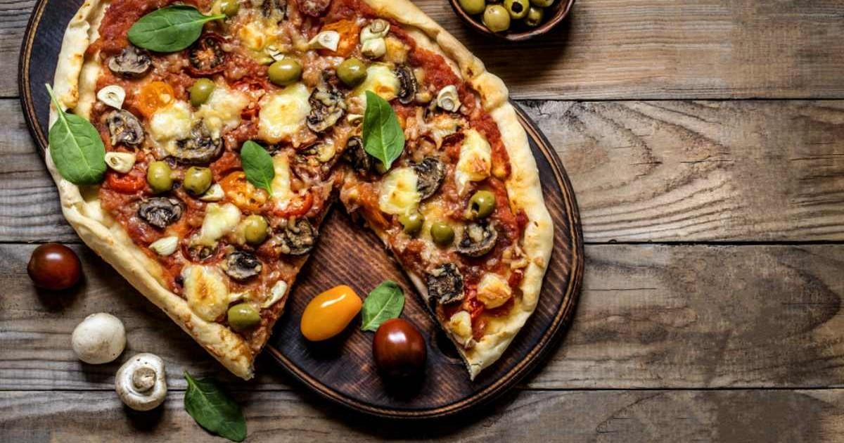 Pizza cu roșii cherry, ciuperci și măsline