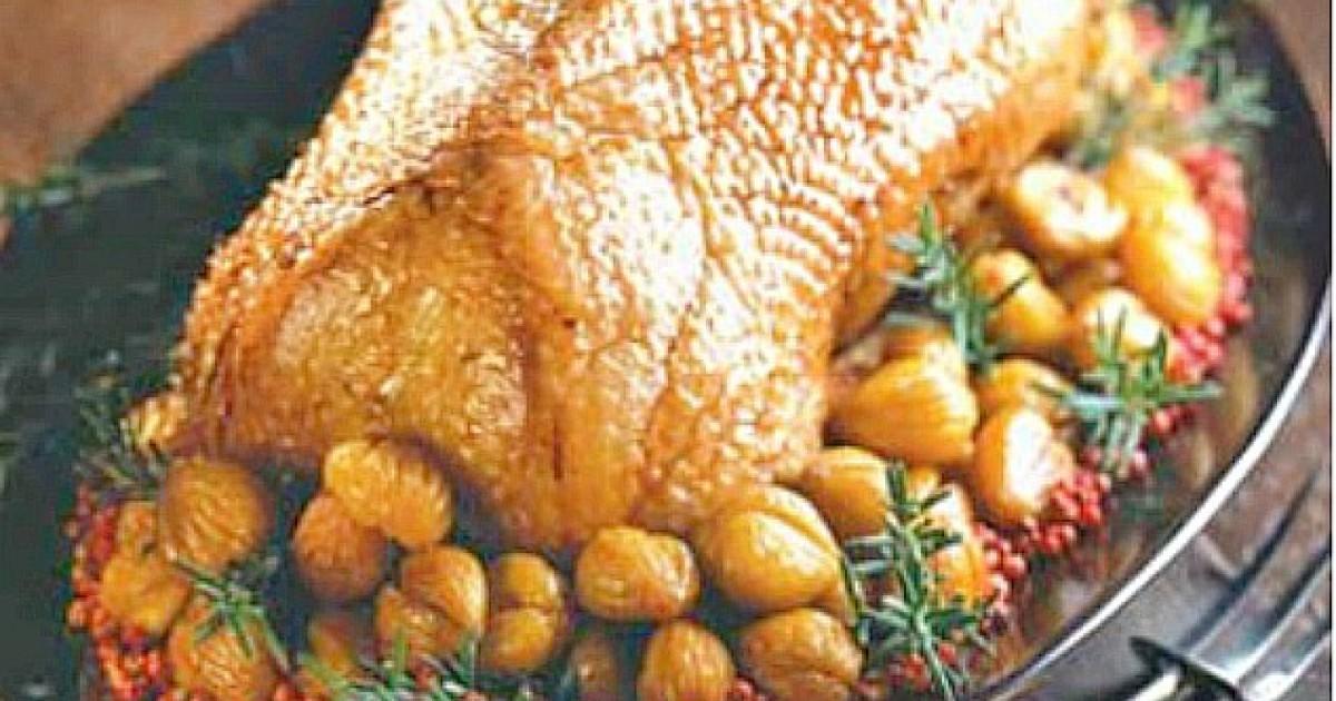 Rață umplută cu carne tocată, orez și castane