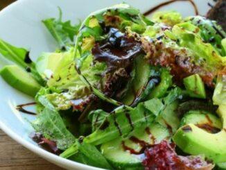 Salată verde cu spanac, avocado și sos de oțet balsamic