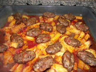 Chiftele la tava pe pat de cartofi